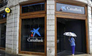 """Los analistas califican de """"elevado"""" el dividendo de CaixaBank, pero reconocen que se alinea con el de otros grandes bancos"""