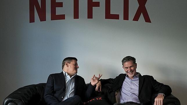 El fundador de Netflix, Reed Hastings (izda.)